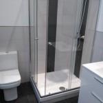 cuarto de baño completo en azulejo blanco