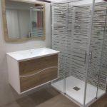 Cuarto de baño muebles plato de ducha y mampara