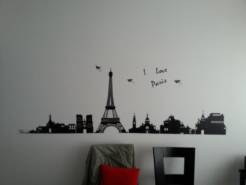 Salón decorado con papel decorativo.